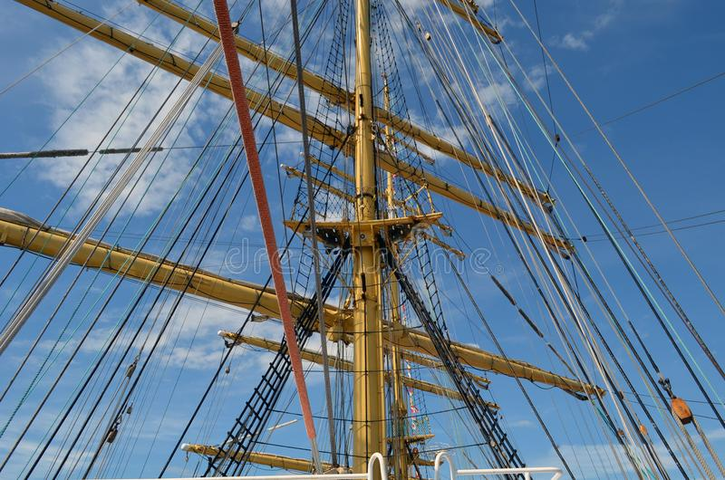 在风船帆柱的绳索在一个晴天 库存图片