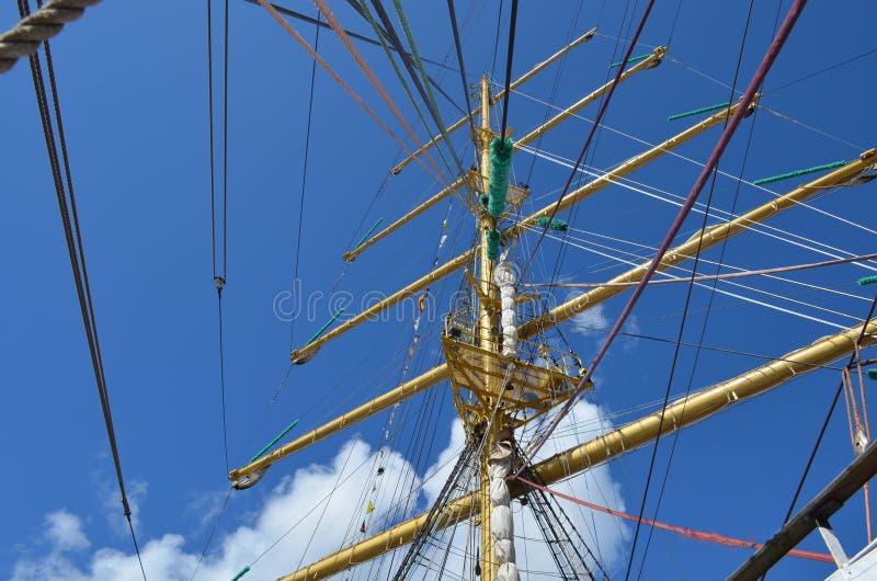 在风船帆柱的绳索在一个晴天 免版税库存图片