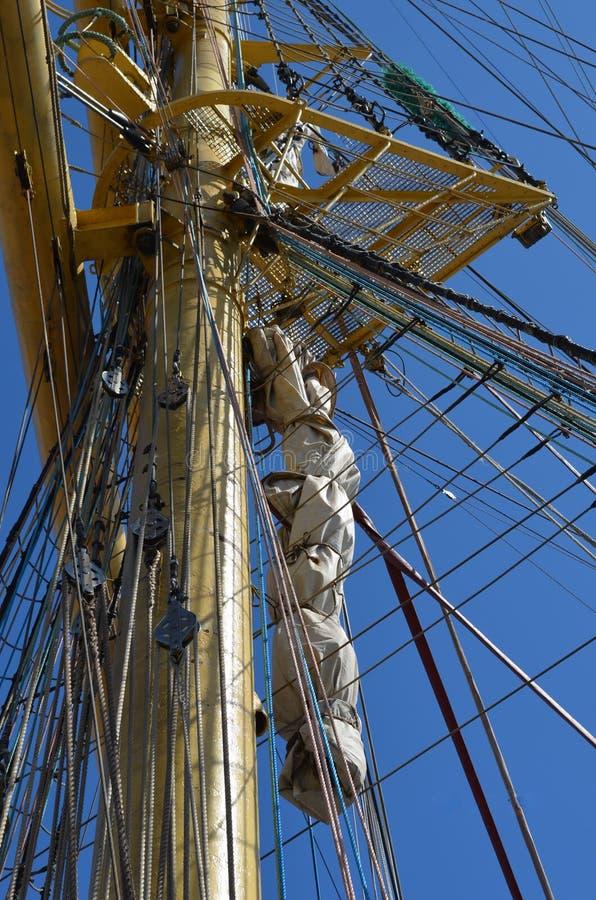 在风船帆柱的绳索在一个晴天 库存照片