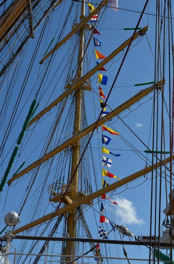 在风船帆柱的绳索在一个晴天 免版税库存照片