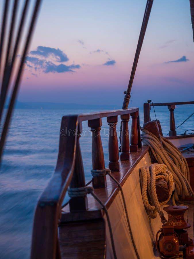在风船甲板的日落,当巡航时 免版税库存照片