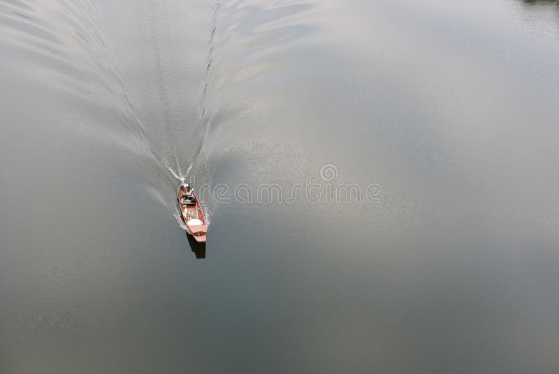 在风船的地方渔夫航行 免版税库存照片
