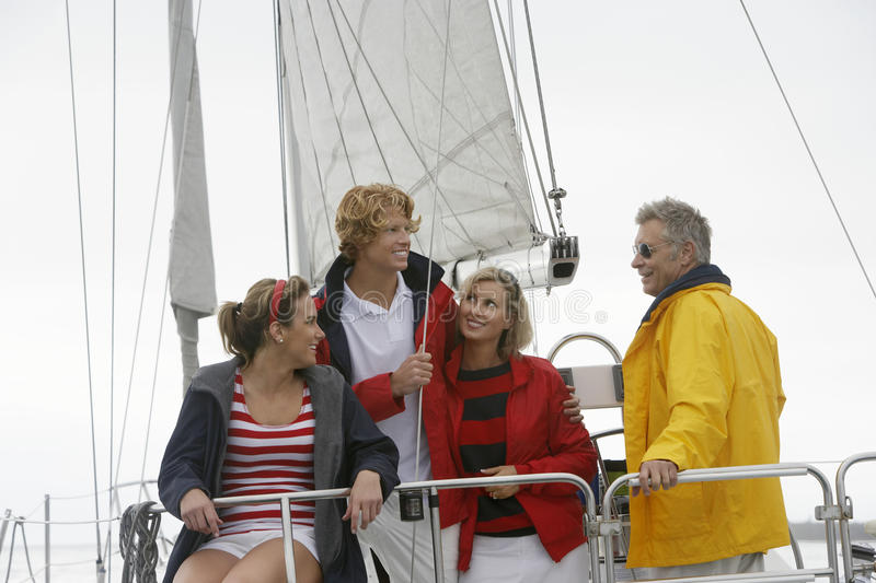 在风船的家庭在海 库存照片