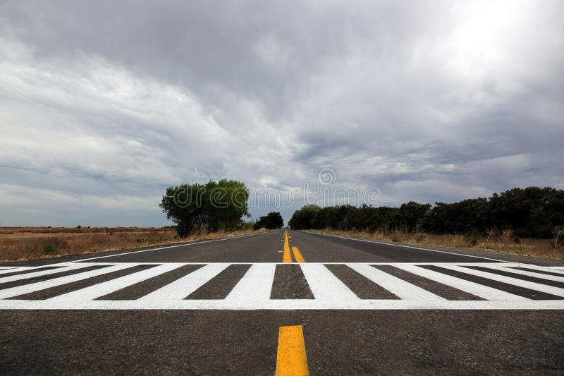 在风雨如磐农村的天空的高速公路 图库摄影