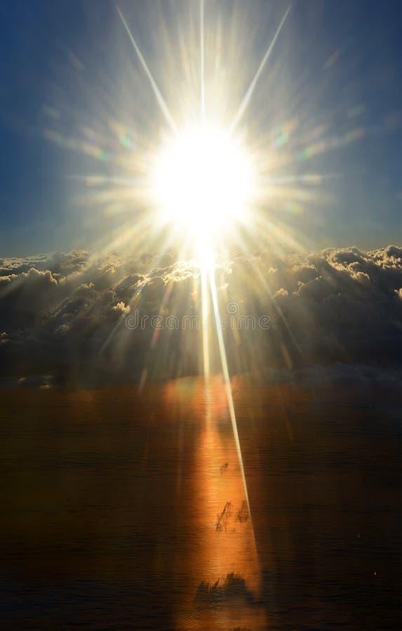 在风雨如磐的云彩上的光亮的太阳 日&晚上 免版税库存图片