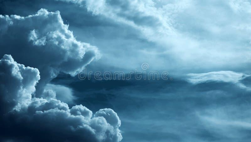 在风雨如磐的天空的美丽的重的云彩 免版税库存照片