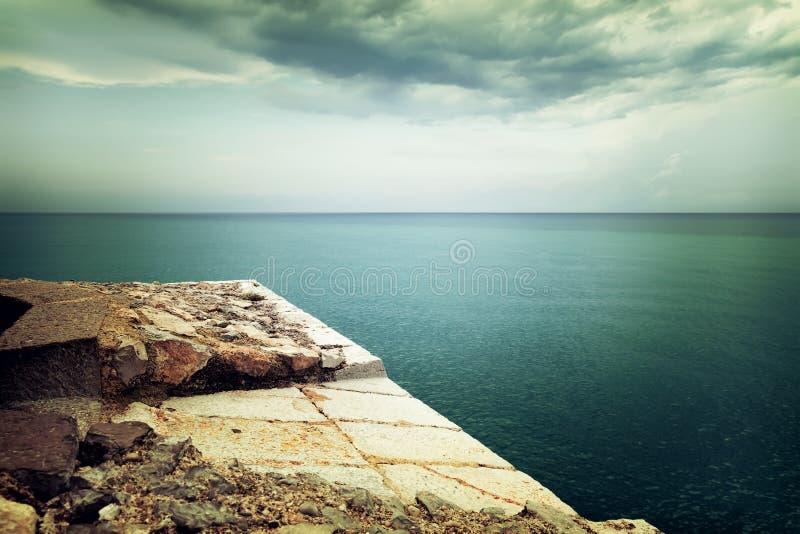 在风雨如磐的海和云彩的看法 免版税库存图片