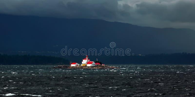 在风雨如磐的海湾的灯塔 图库摄影