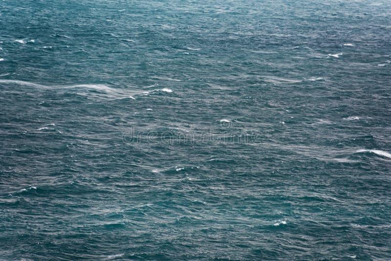 在风雨如磐的海的白色盖帽 图库摄影