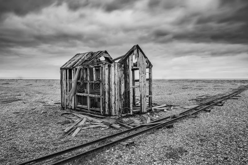 在风雨如磐的Wi期间,遗弃渔小屋和路轨在木瓦靠岸 库存照片