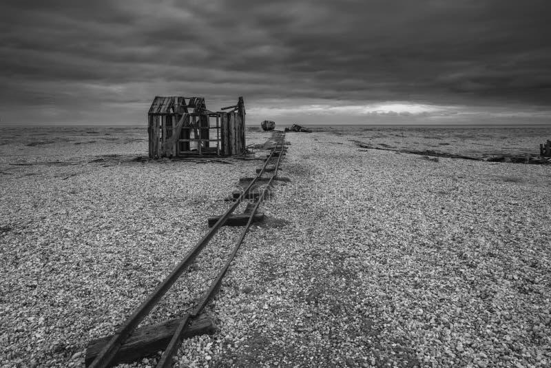 在风雨如磐的Wi期间,遗弃渔小屋和路轨在木瓦靠岸 免版税库存照片