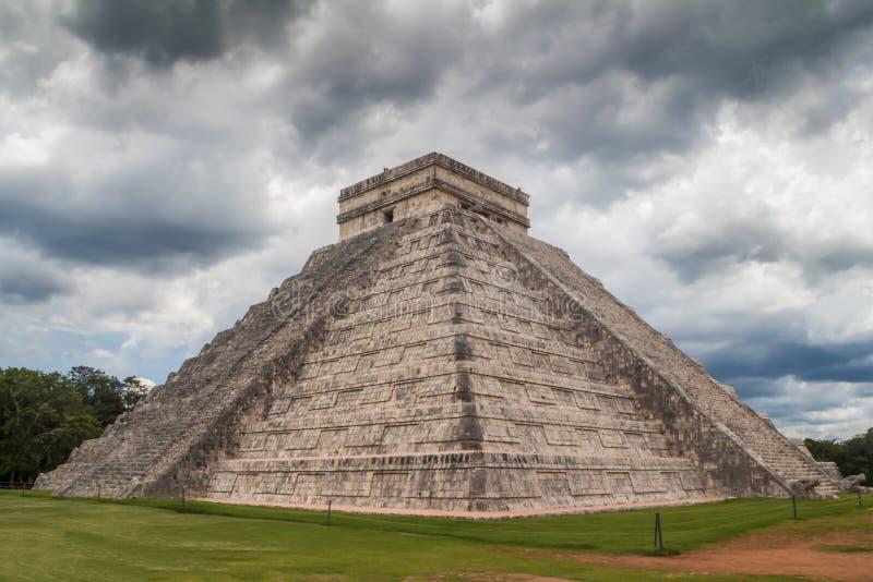 在风暴下的奇琴伊察金字塔,墨西哥 免版税库存照片
