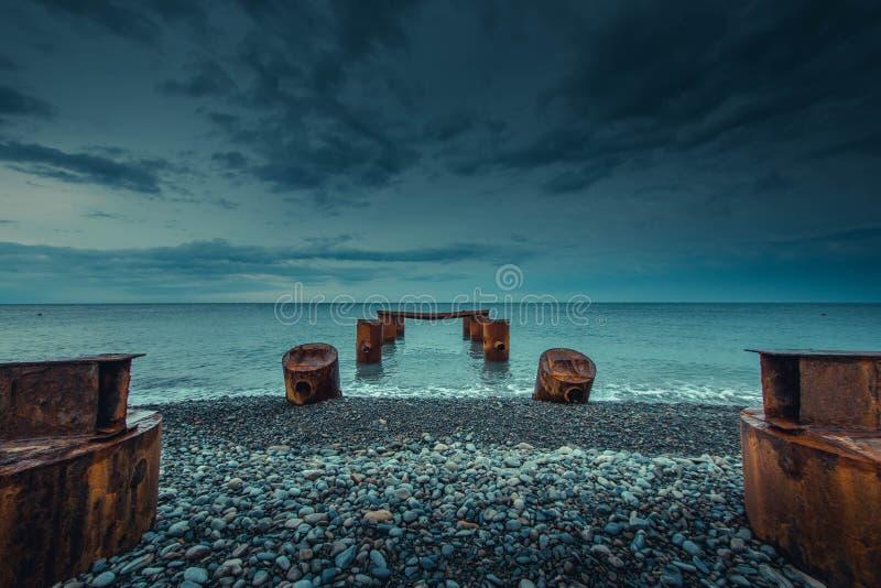 在风暴前的日落 一个被放弃的码头 免版税图库摄影