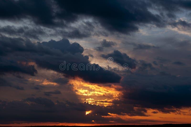 在风暴前的日落 免版税图库摄影