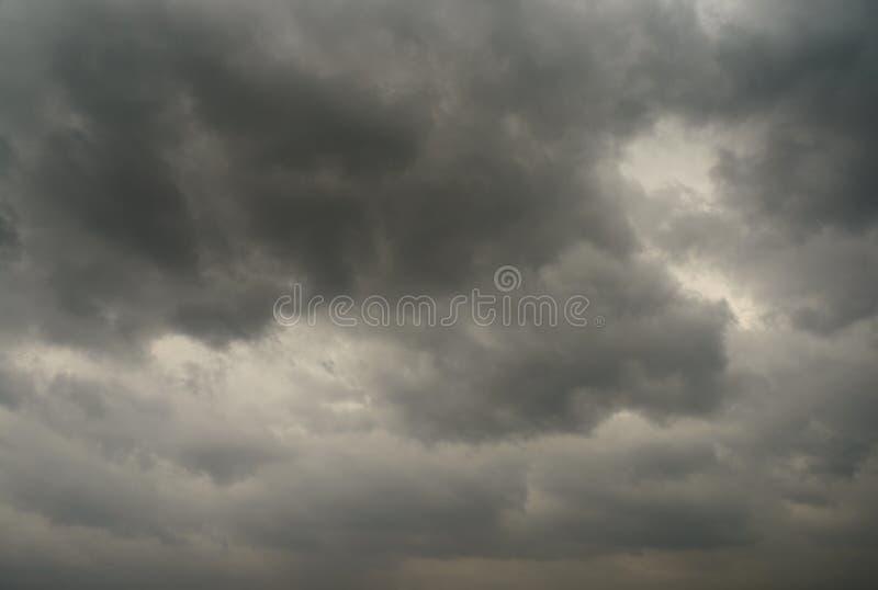 在风暴前的黑暗的云彩在城市 库存图片
