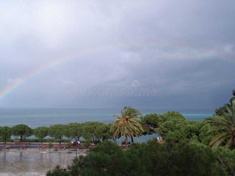 在风暴以后的彩虹 免版税库存图片