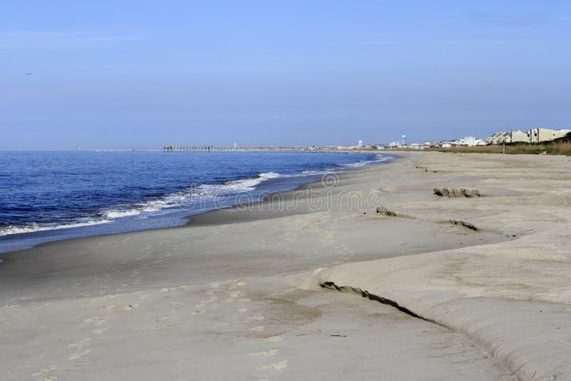 在风暴以后的海滩侵蚀 图库摄影