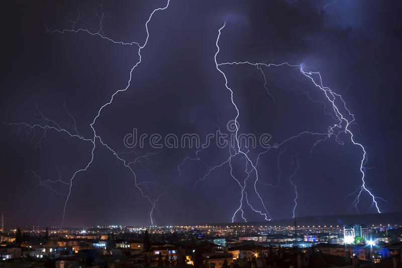 在风暴的城市闪电 免版税库存图片