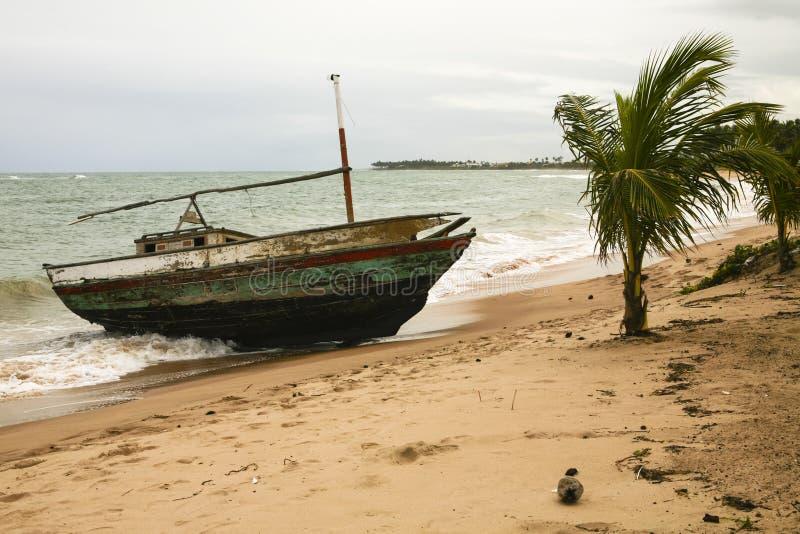 在风暴的遭到海难的,被佩带的小船 免版税库存图片