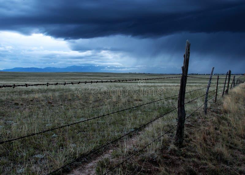 在风暴的铁丝网篱芭 免版税库存照片