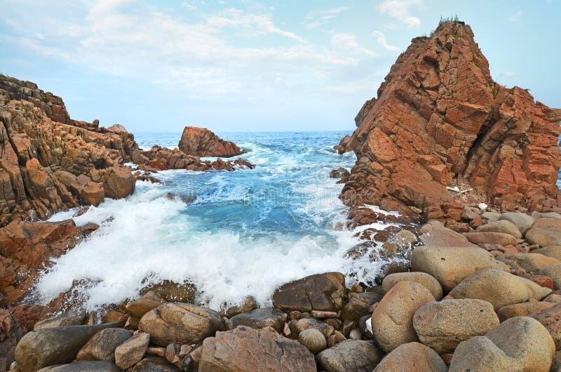 在风暴,日本海,岩石岸以后的浪潮 免版税库存照片