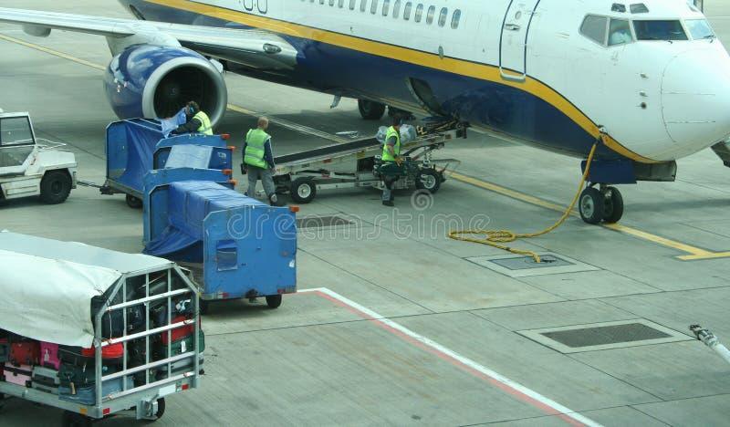 在飞机上的行李装载 免版税库存照片