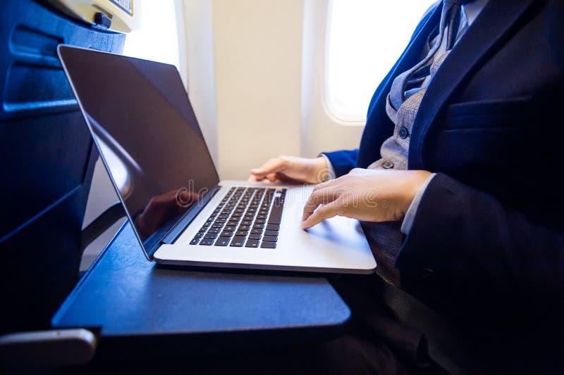 在飞机的商人 免版税库存图片