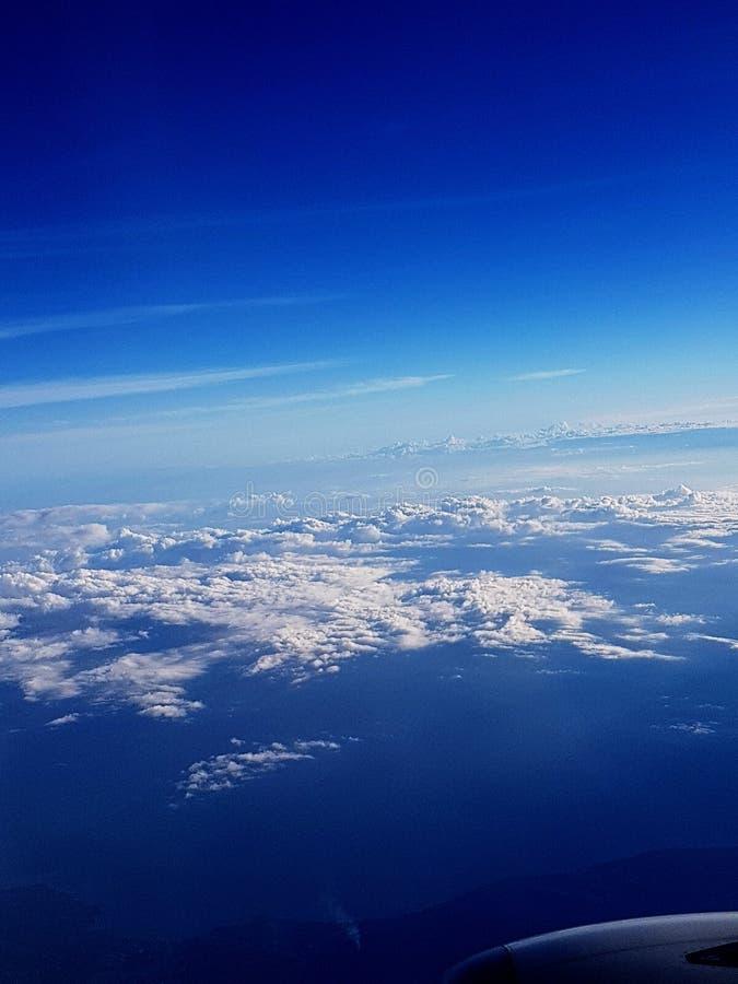 在飞机采取的白色云彩和蓝天鸟瞰图  免版税库存图片
