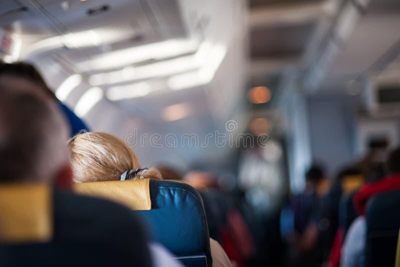 在飞机里面的内部有乘客的 免版税库存照片