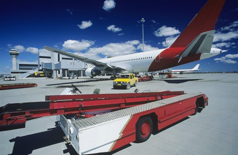 在飞机附近的推车在机场珀斯澳大利亚 库存照片