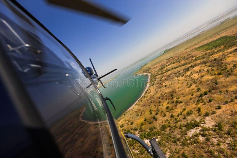 在飞行中直升机 免版税库存图片