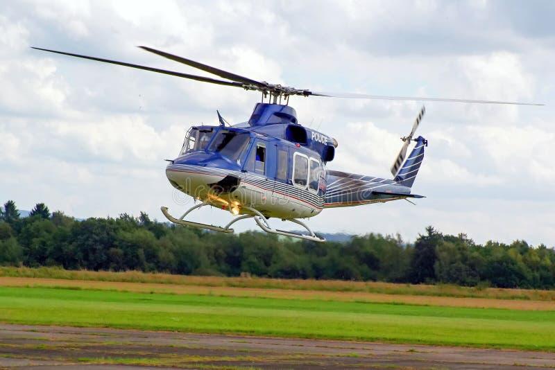 在飞行中警察用直升机 库存照片