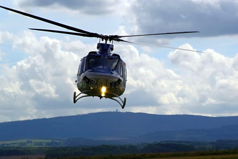 在飞行中警察用直升机 免版税库存图片