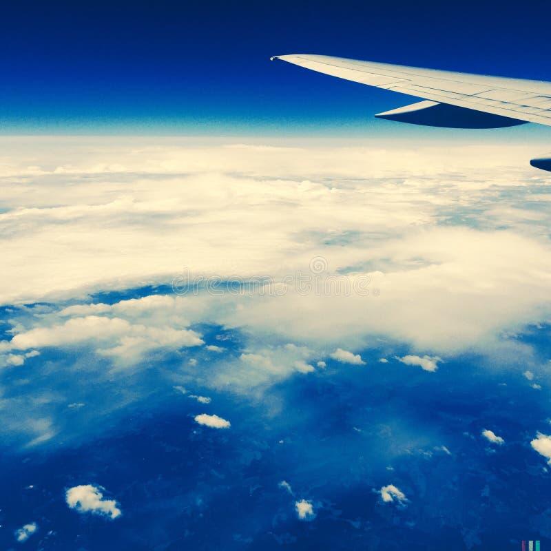 在飞行中飞机翼 库存照片
