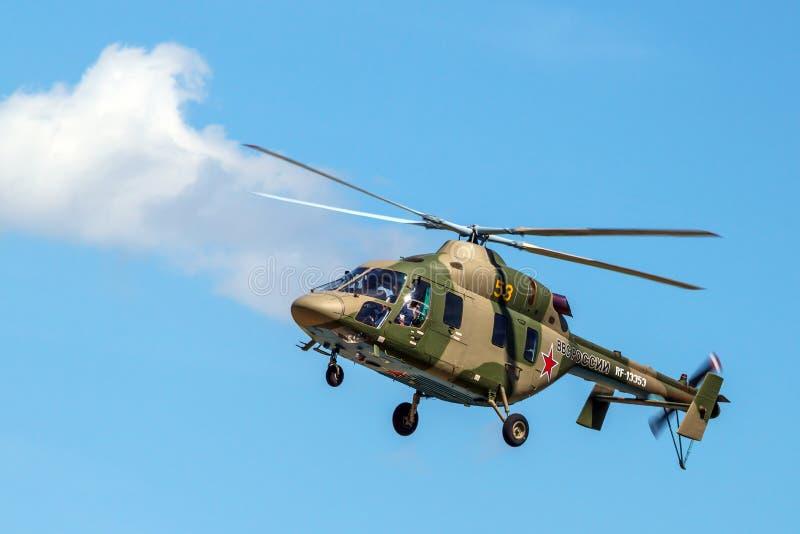 在飞行中轻的直升机 免版税库存图片
