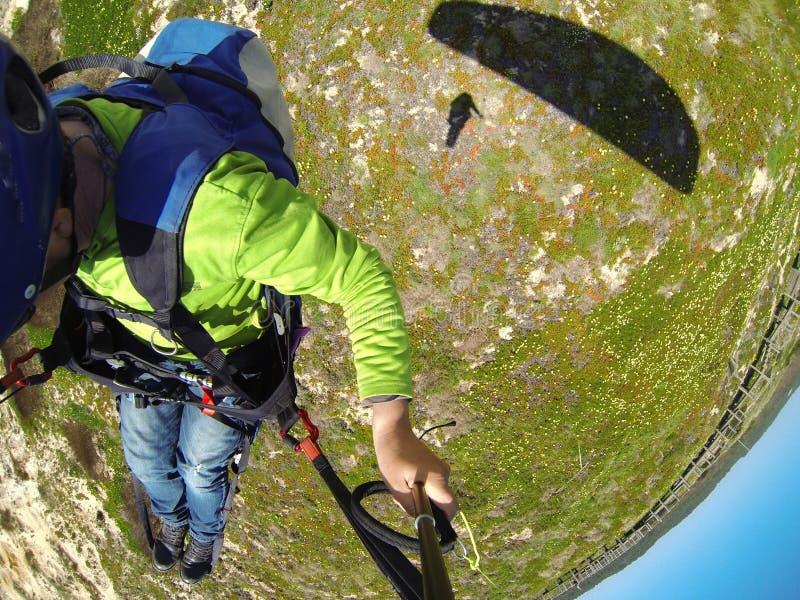 在飞行中滑翔伞飞行员 库存图片