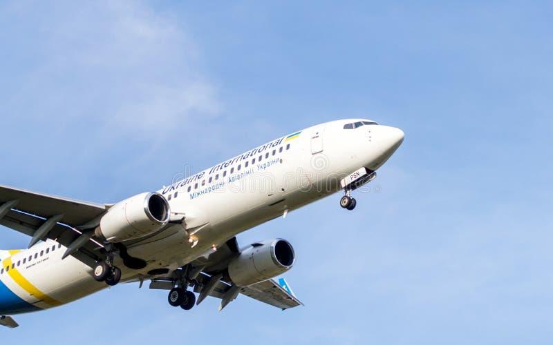 在飞行拷贝空间的波音737 库存图片