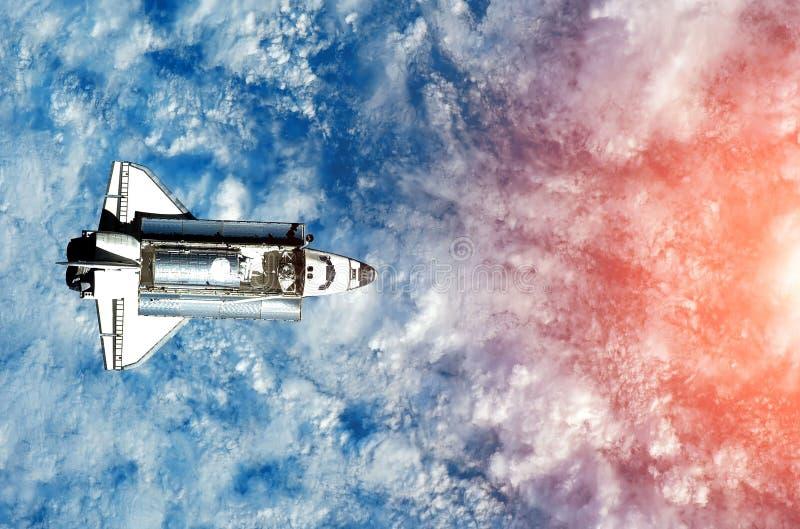 在飞行的太空飞船 航天飞机特写镜头 飞行的火箭 从外层空间的看法 免版税库存照片