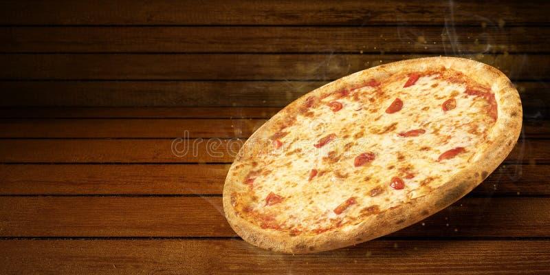在飞行的比萨在木桌上 概念增进飞行物和海报餐馆或比萨店的,模板与热 免版税图库摄影