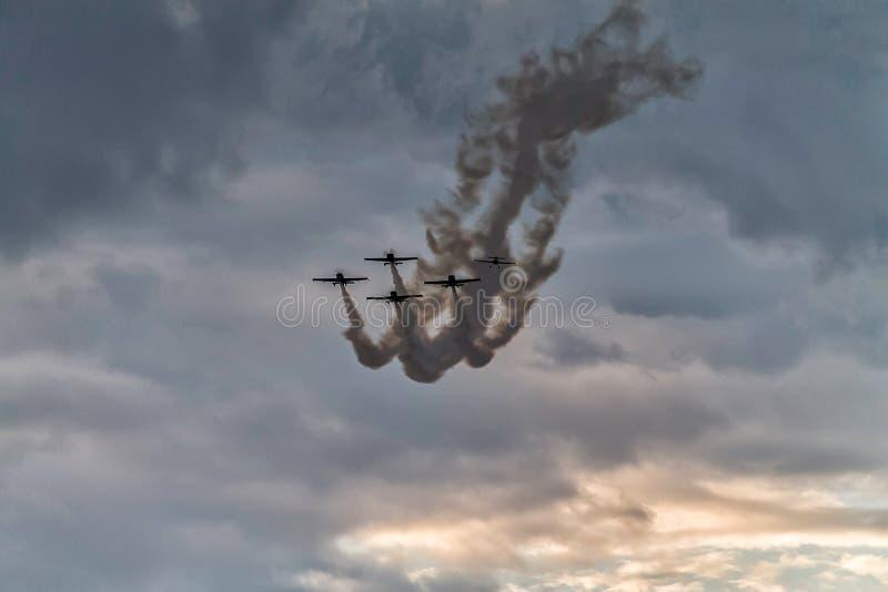 在飞行表演的五架飞机形成 库存图片