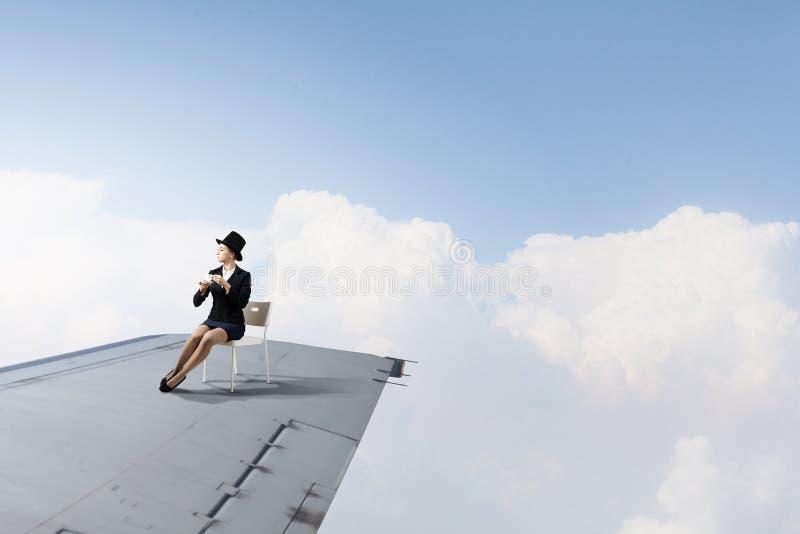在飞行飞机上翼  图库摄影