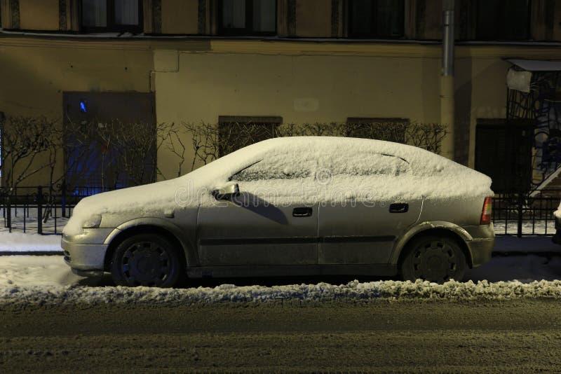 在飞雪以后的汽车 库存图片