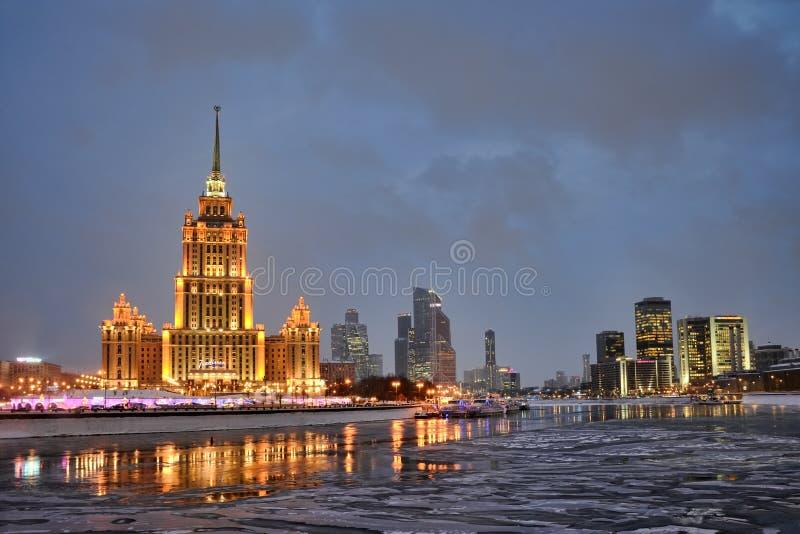 在飞雪以后的Moskva市在微明下 免版税库存照片