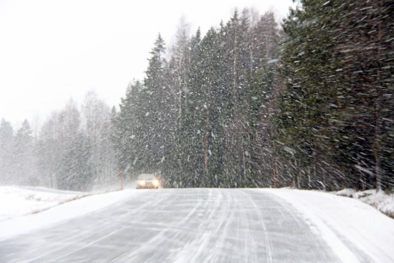在飞雪的汽车 免版税图库摄影