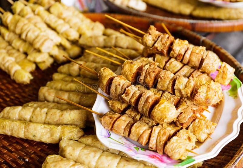在食物市场上的烤食物 免版税图库摄影