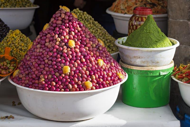 在食物摊位的红色橄榄 库存图片