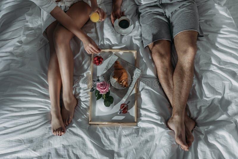 在食用的爱的夫妇早餐 库存图片