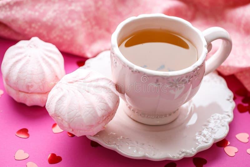 在餐巾的桃红色和白色蛋白软糖 图库摄影
