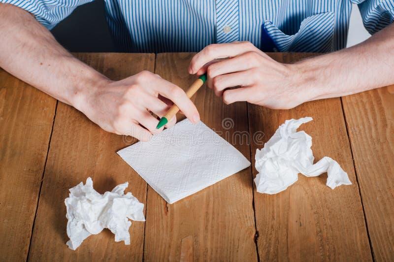在餐巾的年轻人文字 免版税库存图片
