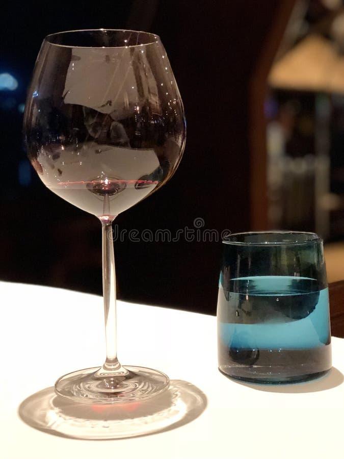 在餐桌上的两块玻璃 免版税库存图片